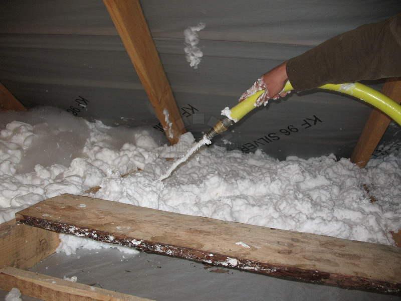 нанесение пены на бетонный пол